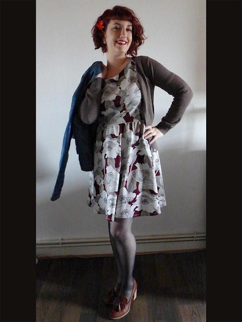 look rétro vintage avec veste en jean, robe à fleurs et mocassins à talons