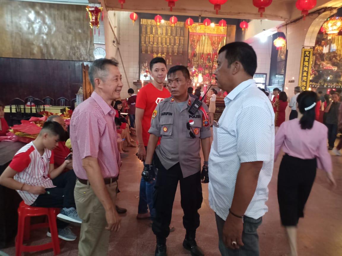 SAMBANGI: Kapolsek Medan Timur, Mhd Arifin saat menyambangi vihara