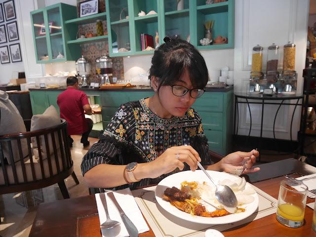 Lylis sedang sarapan di Keukeun Restaurant