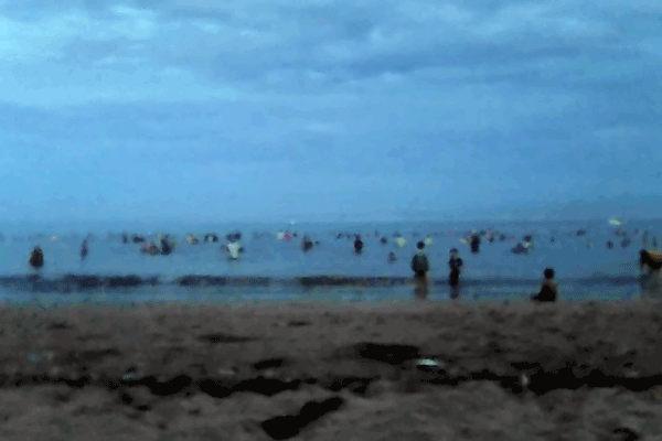 Ramai-ramai Terapi Berendam Air Laut Di Pantai Pangandaran