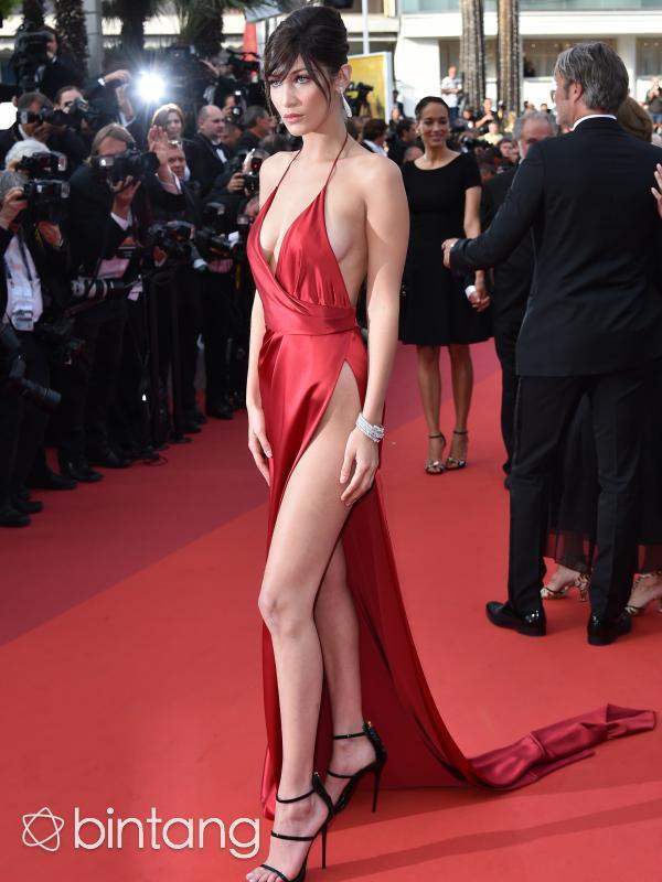 Bella Hadid cantik dengan gaun pamer miss v