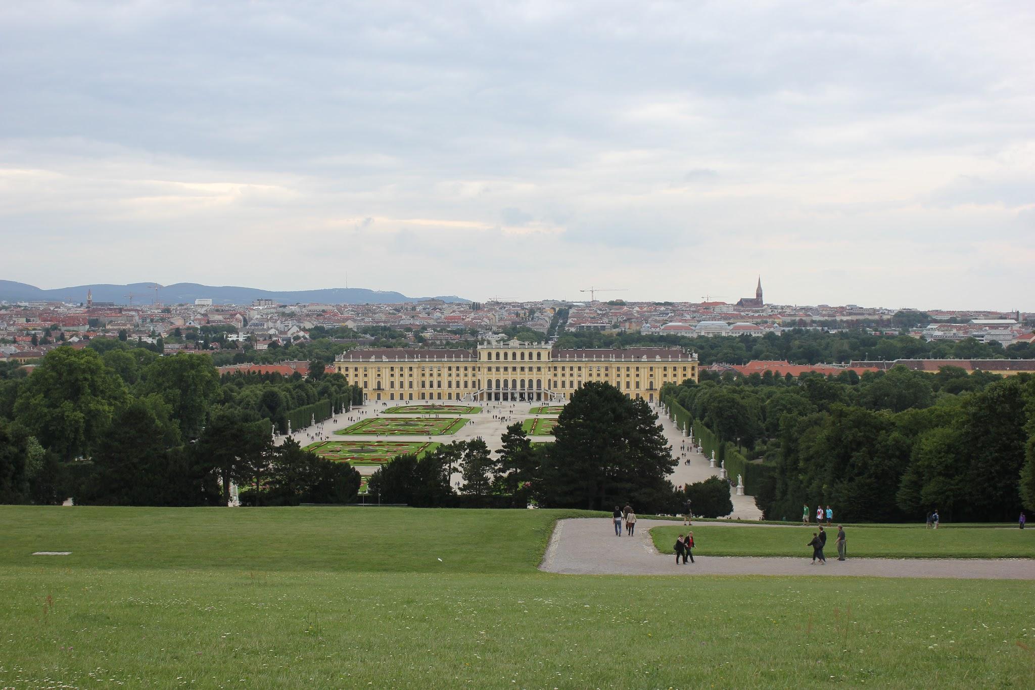 zámek Schönbrunn ve Vídni pohled z parku