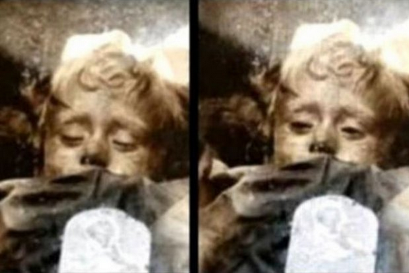 Child Mummy Open And Close Her Eyes