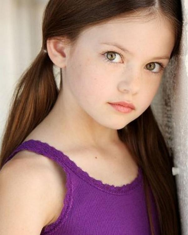 Rosie Tate (Mackenzie Foy) - Após  um trágico acontecimento, vai parar no orfanato junto da irmã mais nova. É forte  e impenetrável como uma rocha.