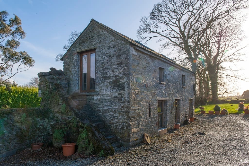 13-Airbnb-Architecture-with-the-13th-Century-Stone-Barn-Conversion-www-designstack-co