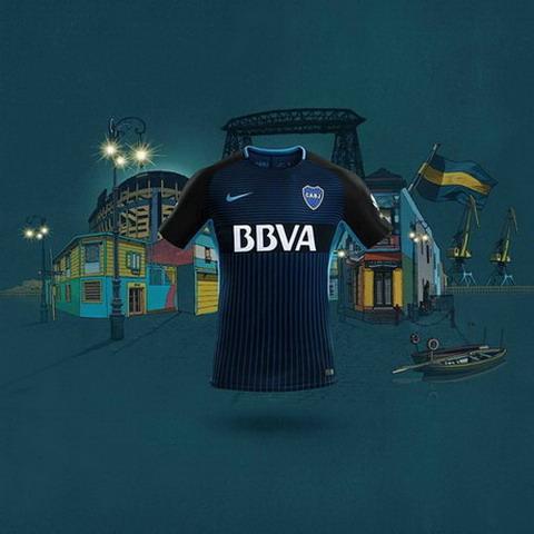 12135b40fe1e7 El camisetas del Boca Juniors baratas 2017 2018 Tercera el color azul  marino y tiene en la región del cofre varias líneas horizontales en el  color azul real ...