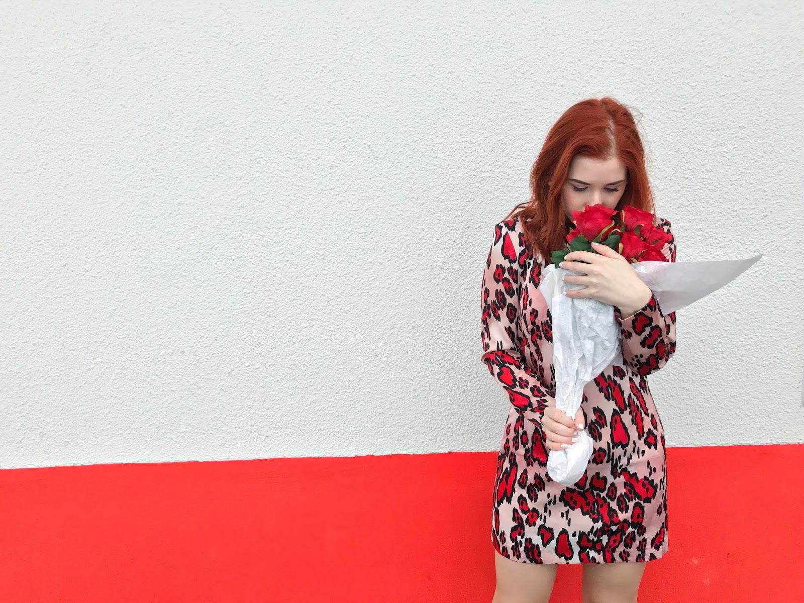 Spela Seserko v rdeci obleki