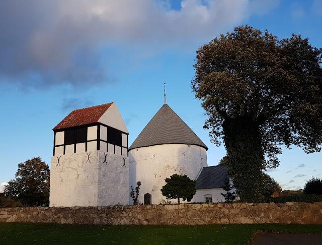Bornholm mit Kindern im Herbst. Teil 2: Ankommen auf der Sonneninsel des Nordens. Die Rundkirche von Nylars ist ein tolles Ausflugsziel.