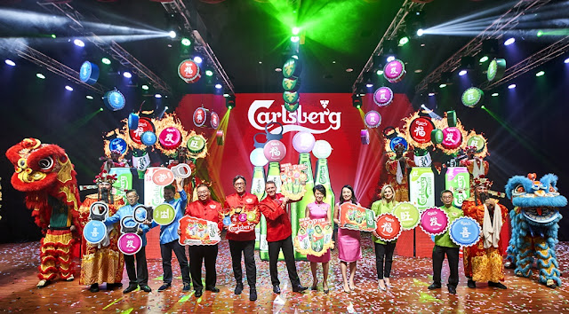 "Managing Director Lars Lehmann, Chairman Datuk William Toh flanked by the management team of Carlsberg Malaysia officiated Carlsberg's CNY campaign ""Prosperity Begins With A POP!"" which runs till 17 February 2019 nationwide.     L-R: Lew Yoong Fah, Piotr Zajac, Gary Tan, Datuk William Toh, Lars Lehmann, Pearl Lai, Felicia Teh, Caroline Monreau and Lim Chee Keat."