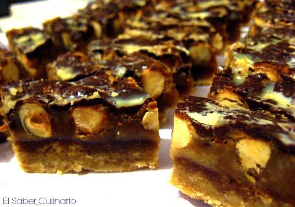 Barritas de turrón con caramelo, avellanas y chocolate