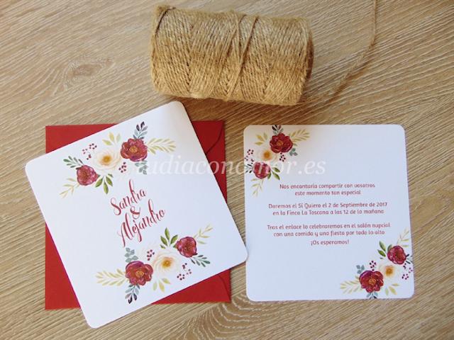 Una invitación bonita y romántica en tonos burdeos con flores pintadas en acuarela