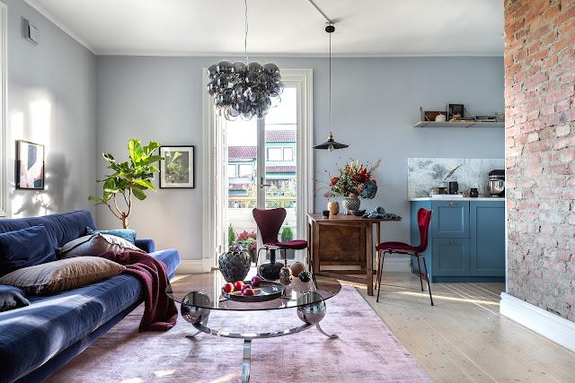 Accente de albastru și roșu în amenajarea unui apartament de 47 m² din Suedia
