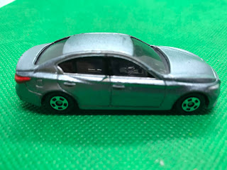 日産 スカイライン のおんぼろミニカーを側面から撮影