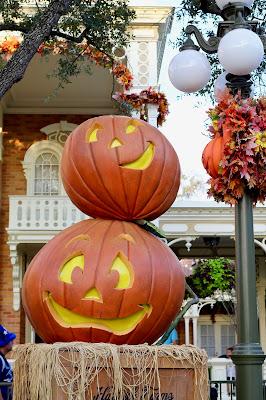 Disney-World-Magic-Kingdom-Fall-Halloween-decorations-pumpkins