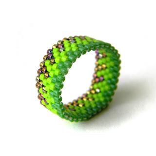 купить Яркое салатовое / зеленое кольцо из бисера - необычное украшение ручной работы