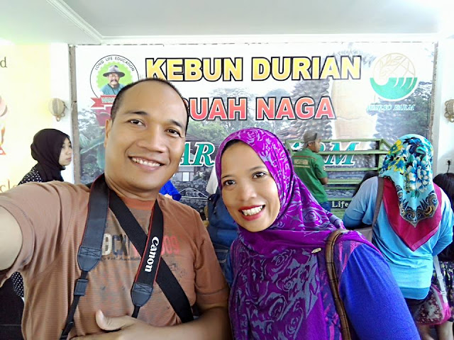 Foto Narsis di sela antri Buah Durian di Warso Farm