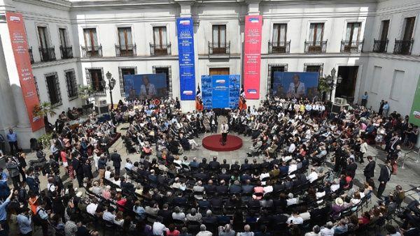 Bachelet recibe propuestas sociales para la nueva Constitución
