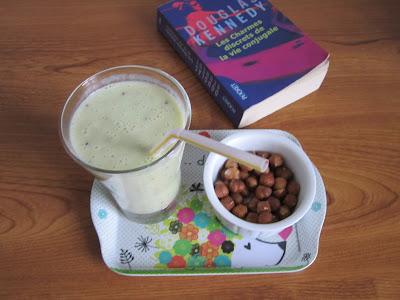 Smoothie banane kiwi et vanille accompagné de noisettes pour une collation saine et gourmande