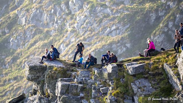 Turistas en la Isla de Runde, Noruega por El Guisante Verde Project
