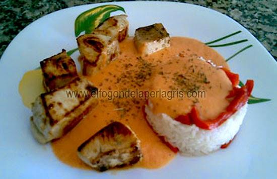 Atún con arroz, pimientos rojos y salsa salmorejo