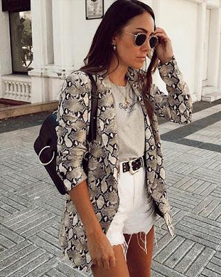 outfit de primavera snake print casual con shorts