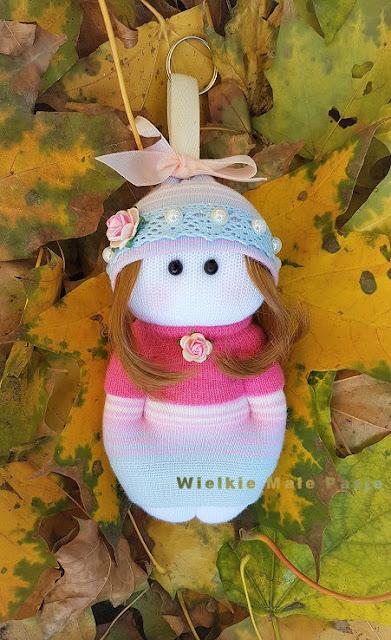 как сшить вручную?, руководство по ручному шитью, как подготовиться к ручному шитью, мы сшиваем рождественские украшения, ручные рукоделие, рождественские украшения, ручные швейные иглы, какие иглы для ручного шитья, куклы-носки, кукольные носки, игрушки из носков, кукла с куклами, куклы-носки, куклы с носками, пред-рождественское шитье, осень, Париж, ручной брелок, брелоки,how to sew by hand ?, manual sewing guide, how to prepare for hand sewing, we sew Christmas decorations, hand made needlework, christmas decorations, hand sewing needles, what needles for hand sewing, sock doll, doll socks, toys from socks, handmade doll, rag doll, sock dolls, dolls with socks, pre-Christmas sewing, autumn, Paris, hand-made keychain, keyring,jak szyć ręcznie?, poradnik szycia ręcznego, jak przygotować się do szycia ręcznego, szyjemy świąteczne dekoracje, ręczne robótki, robótki na boże narodzenie, igły do szycia ręcznego, jakie igły do szycia ręcznego, skarpetkowa lalka, lalka ze skarpetki, zabawki ze skarpetki, lalka ręcznie szyta, lalka szmaciana, skarpetkowe lalki, lalki ze skarpetki, przedświąteczne szycie, jesień, paryżanka, ręcznie zrobiony brelok do kluczy, brelok do kluczy,  wie von Hand nähen?, Anleitung zum manuellen Nähen, wie man sich auf das Nähen vorbereiten kann, wir nähen Weihnachtsdekorationen, Handarbeit, Weihnachtsdekorationen, Handnähen, welche Nadeln zum Nähen mit der Hand, Puppensocken, Spielzeugsocken, handgefertigte Puppe, Stoffpuppe, Sockenpuppen, Puppen mit Socken, Nähen vor Weihnachten, Herbst, Paris, handgefertigter Schlüsselanhänger, Schlüsselanhänger, ¿Cómo coser a mano?, guía de costura manual, cómo prepararse para coser a mano, cosemos adornos navideños, bordados hechos a mano, adornos navideños, agujas de coser a mano, agujas para coser a mano, muñequeras, medias de muñeca, juguetes de calcetines muñeca hecha a mano, muñeca de trapo, muñecas con calcetines, muñecas con calcetines, costura antes de Navidad, otoño, París, llavero hecho a mano, llave