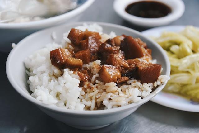 這家的滷肉飯屬於肥肉多,米粒飽滿大顆,攪和著滷汁甚為滿足,只是若兩家相比,我更喜歡右手邊的滷肉飯,米飯的口感更佳。