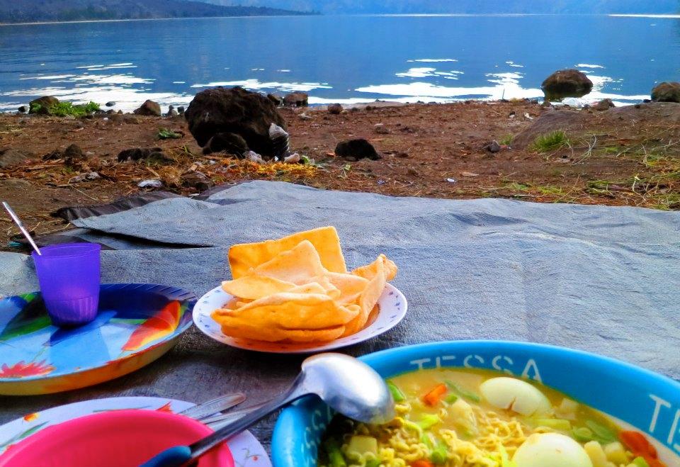 Makan siang, masakan porter dan guide kami di Danau Segara Anak, Gunung Rinjani