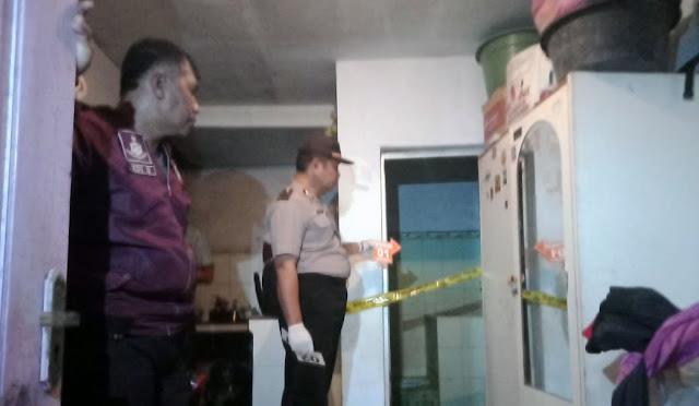 Petugas Identifikasi Sat Reskrim Polres Lumajang saat olah TKP