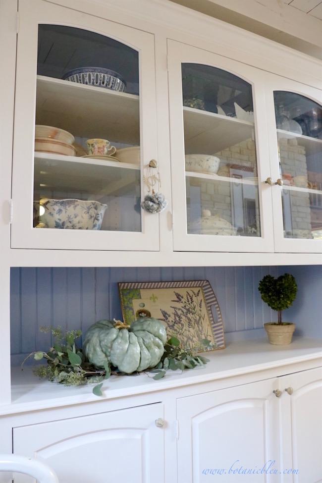 fall-home-tour-white-china-cabinet-green-pumpkin-display