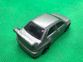 三菱 ランサーエボリューション のおんぼろミニカーを斜め後ろから撮影