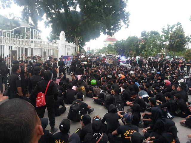 Massa Honorer Satpol PP Batam Unjuk Rasa, Geram Dengan Walikota Batam Yang Tidak Mau Turun Untuk Memberi Penjelasan