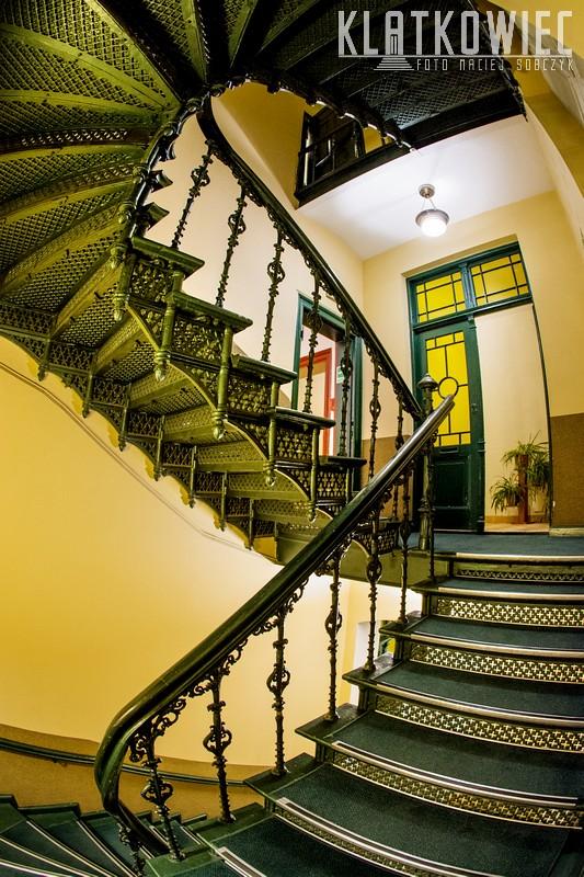 Toruń. Kamienica. Wnętrze. Żeliwne schody.