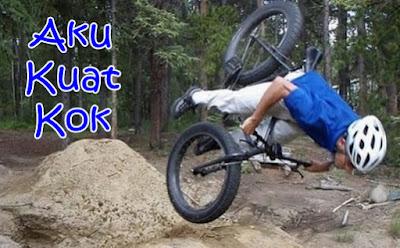 gambar orang jatuh naik sepeda lucunya