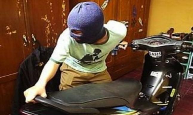 "Indikatormalang.com - Muhammad Ali Fateh (37) warga Bades Kecamatan Pasirian Kabupaten Lumajang harus meregang nyawa diujung pistol polisi, Senin (17/7/17).  Ali yang merupakan pelaku motor di kawasan Sukun Malang tewas ditembak polisi sekitar pukul 01.30 dini hari. Polisi terpaksa menembak pelaku karena melawan ketika hendak ditangkap petugas.  Awalnya, pada hari Minggu (16/7/17) pukul 20.00  Ali yang merupakan residivis Curanmor bersama komplotannya menggasak satu unit sepeda motor di depan warnet Jaya Net, Bandungrejosari, Kecamatan Sukun.   Sialnya, motor yang disikat Ali sudah terpasang alat GPS. Korban yang melaporkan kehilangan motor kepada petugas polisi melacaknya bersama-sama menggunakan sistem GPS. Posisi Ali ahirnya terlacak.  ""Setelah mendapat laporan, empat petugas  melakukan pengejaran berdasarkan sinyal  GPS yang ada di sepeda motor korban"" ujar Kompol Nandu Dyanata, Wakapolres Malang Kota, Senin (17/7/17).  Saat hendak ditangkap Ali melawan petugas menggunakan Sangkur yang dibawanya. Petugas sempat memberikan tembakan peringatan agar menyerah, namun tidak digubris oleh polisi.  ""Karena tidak menyerah, petugas kami melakukan tindakan pembelaan"" jelasnya.  Ali tewas setelah dua buah peluru menembus tubuhnya. Timah panas menembus leher dan punggung pelaku."