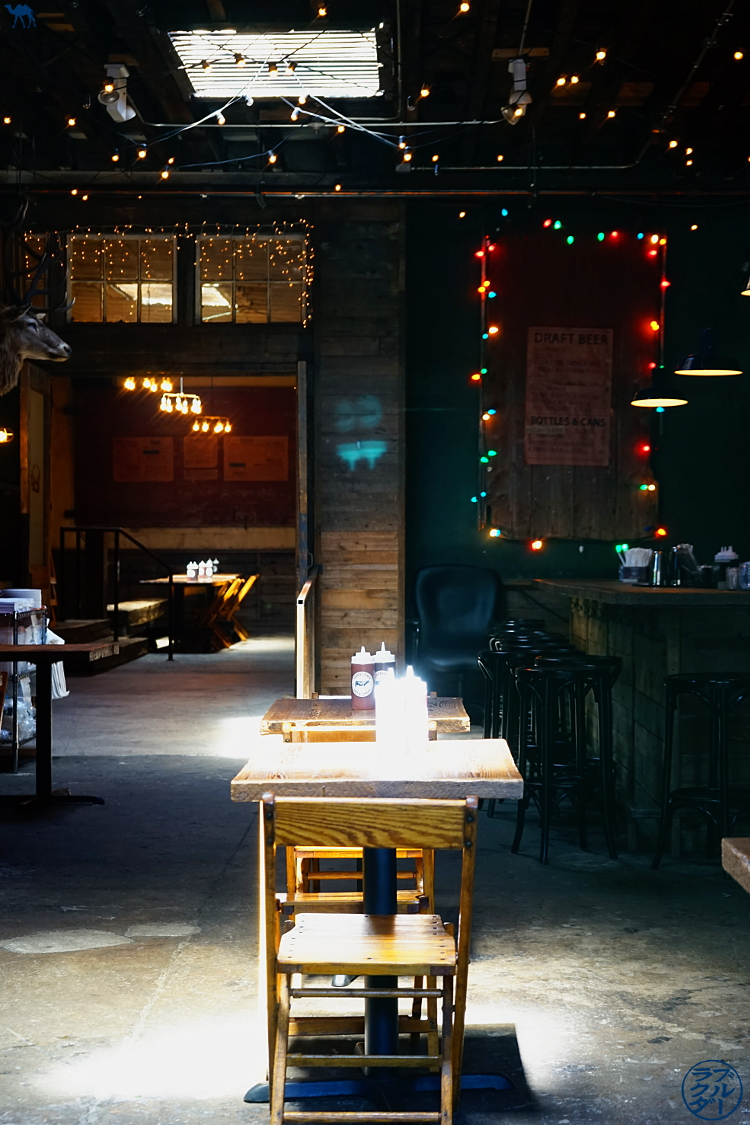 Le Chameau Bleu - Salle du restaurant Hometown BBQ à RedHook Brooklyn - voyage à New York