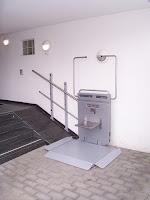 Dolny przystanek platformy schodowej na szynie prostej, model Ascendor PLG7 - montaż na słupkach, najazd frontowy