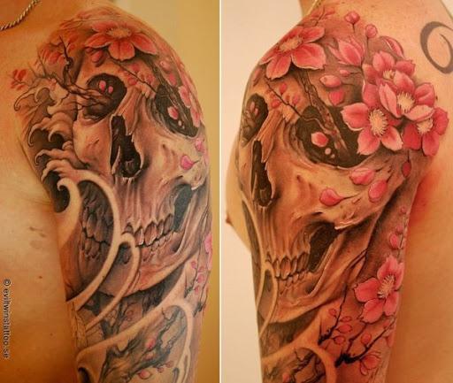 Uma coroa de flores de cereja sobre o crânio da tatuagem. Um contraste interessante e conceito, onde o crânio, sempre visto para ser feroz está emparelhado com o leve e pétalas de flor de cereja. (Foto: Fontes de imagem)