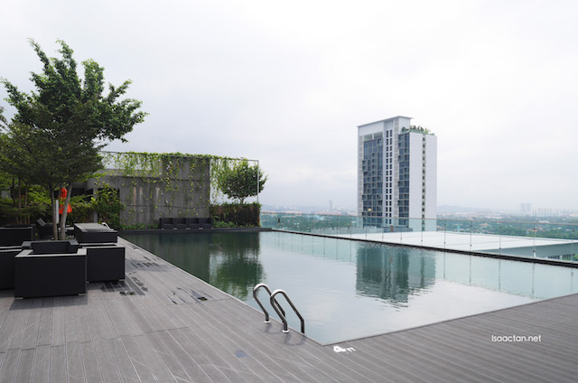 Love the rooftop swimming pool, overseeing the entire city