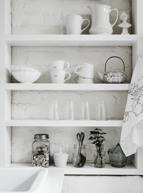 estanteria blanco nordico estilo decoracion nordica tazas blancas platos vajilla blanca interiorista barcelona alquimia deco