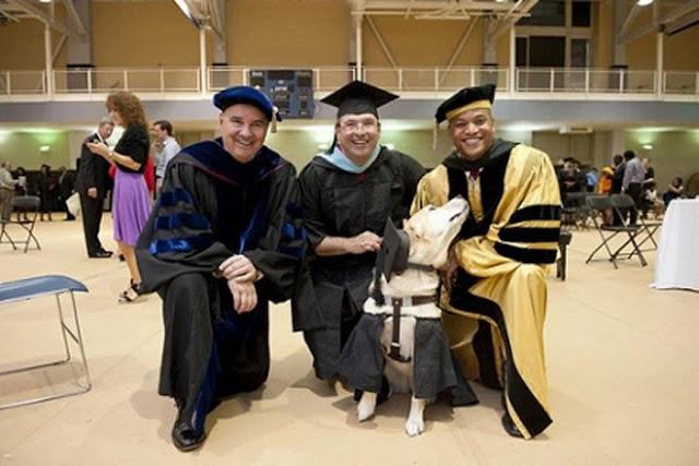 Kirsch được chụp ảnh chung với nhiều người trong lúc nhận bằng thạc sĩ