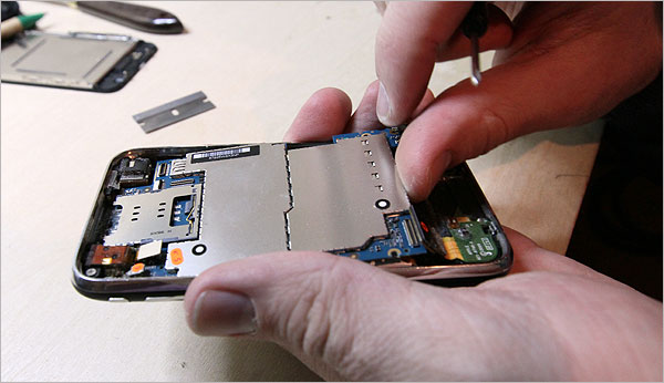 A small, dangerous device used by all smartphone repairers to detect and solve most of the phone's problems 86