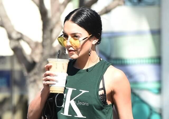 2017年3月14日 ロサンゼルスにて、コーヒーショップ「Coffee Bean&Tea Leaf」を後にするヴァネッサ・ハジェンズ(Vanessa Hudgens)をキャッチ。