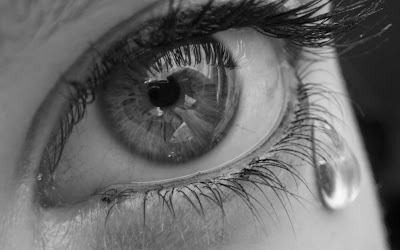 Œil triste : larmes aux yeux
