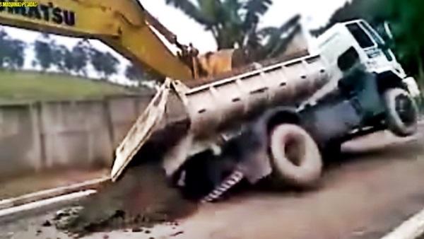 caminhão caçamba cai no buraco