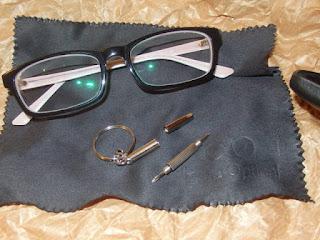 destornillador para apretar los tornillos de las gafas