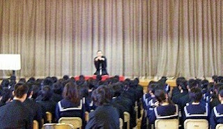 学校で開催された三遊亭楽春の落語会(伝統芸能鑑賞会)の風景です。