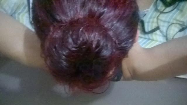 cabelo com óleo de coco preso em coque