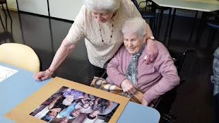 Mercè i Marta mirant el puzle