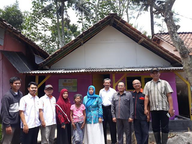 Team bedah Rumah Lazismu Jember didepan rumah mbah Martija